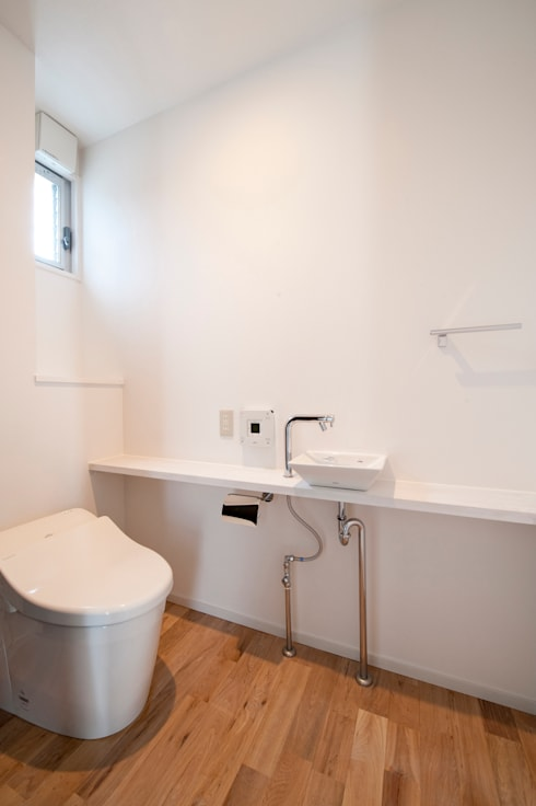 F House and Studio: 有限会社クリエデザイン/CRÉER DESIGN Ltd.が手掛けた浴室です。
