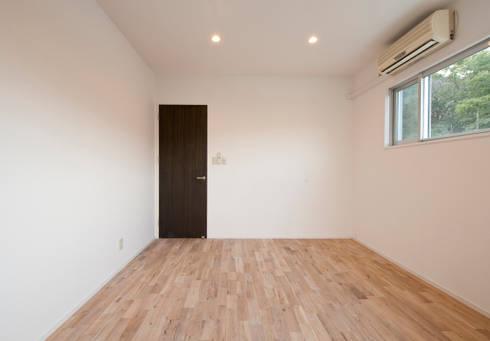 F House and Studio: 有限会社クリエデザイン/CRÉER DESIGN Ltd.が手掛けた寝室です。