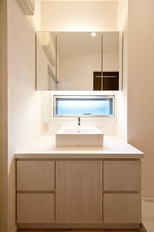 F House and Studio: 有限会社クリエデザイン/CRÉER DESIGN Ltd.が手掛けたお風呂です。