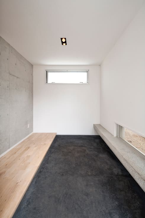 F House and Studio: 有限会社クリエデザイン/CRÉER DESIGN Ltd.が手掛けた玄関/廊下/階段です。