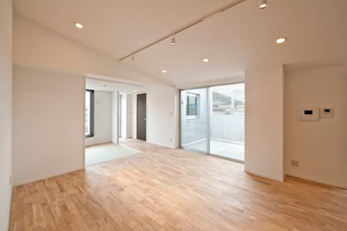 F House and Studio: 有限会社クリエデザイン/CRÉER DESIGN Ltd.が手掛けたリビングです。