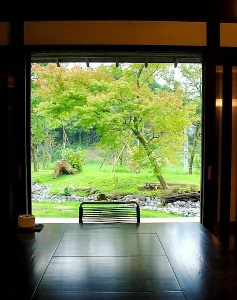 土間より庭を眺める。: 木村博明 株式会社木村グリーンガーデナーが手掛けた庭です。