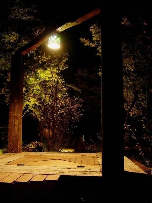 オリジナル、デッキ照明: 木村博明 株式会社木村グリーンガーデナーが手掛けた庭です。