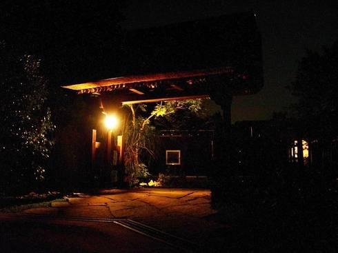 門の夜景: 木村博明 株式会社木村グリーンガーデナーが手掛けた庭です。