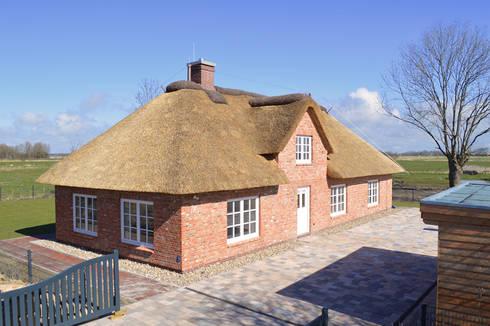 Eine sanierte alte Reetdachkate :   von Architekturatelier Biermann