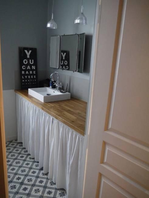 Baños de estilo moderno por Agence Laurent Cayron