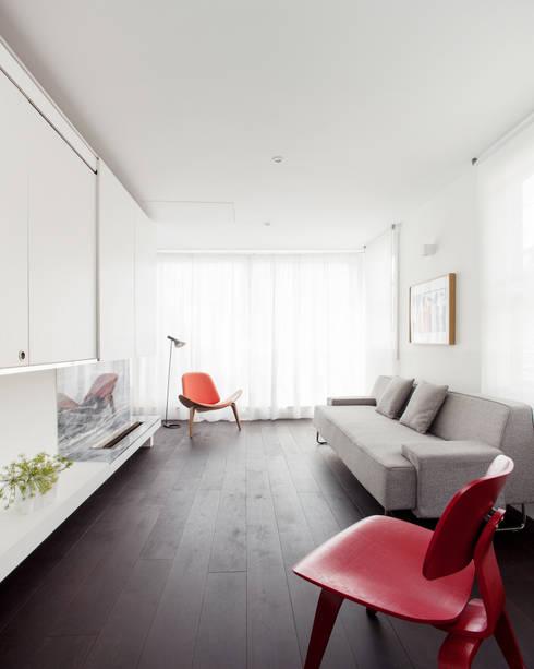APARTMENT IN AMBERGATE STREET, Kennington, London, 2012: minimalistic Living room by Francesco Pierazzi Architects
