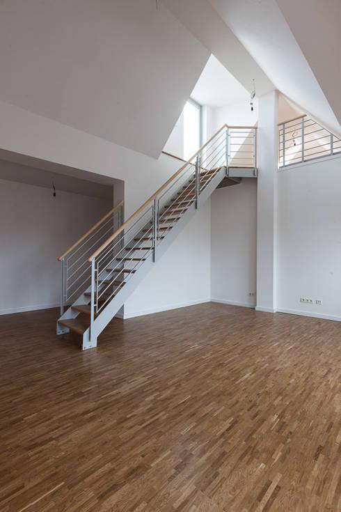 Brandenburgische Straße 46, 10707 Berlin: moderne Wohnzimmer von Becker + Hofstätter, Projektsteuerung und Controlling GmbH & Co. KG