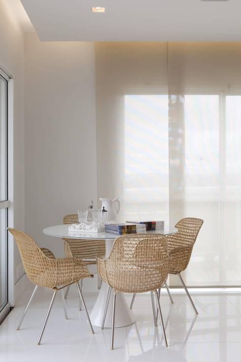 Living room by Cristina Menezes Arquitetura