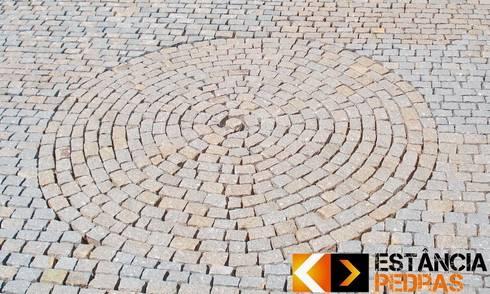 Paralelepípedo Estância Pedras: Jardins rústicos por Estância Pedras