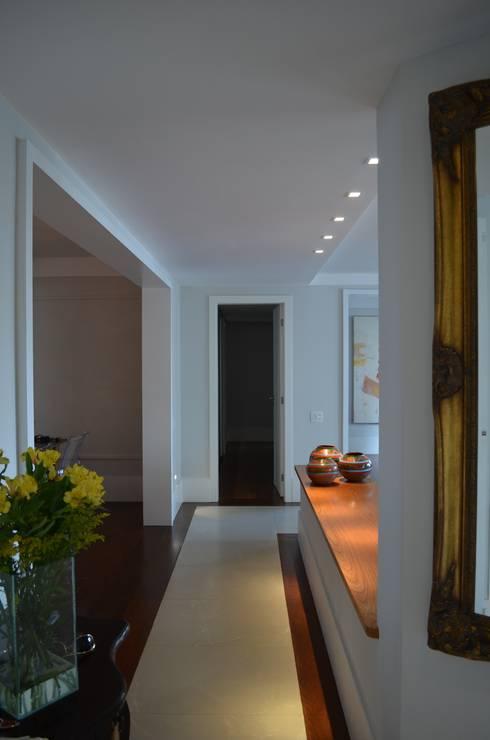 Corredor: Corredores e halls de entrada  por Compondo Arquitetura