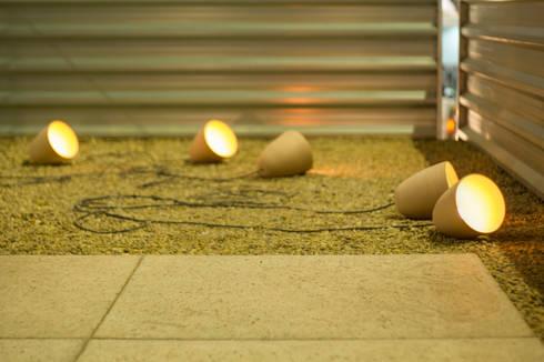 Luminárias de chão.: Varanda, alpendre e terraço  por Ateliê de Cerâmica - Flavia Soares