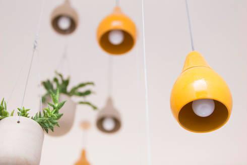 Luminárias pendentes artesanais: Jardim  por Ateliê de Cerâmica - Flavia Soares
