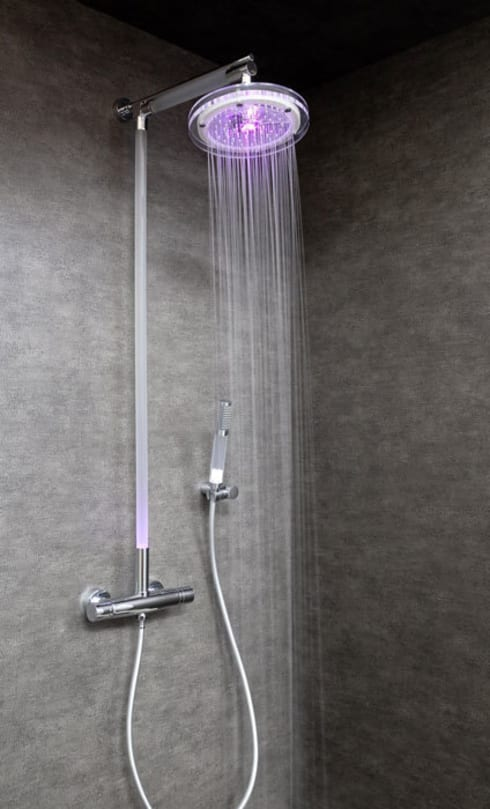 Colonne de douche lumineuse: Salle de bain de style de style Moderne par Sarodis