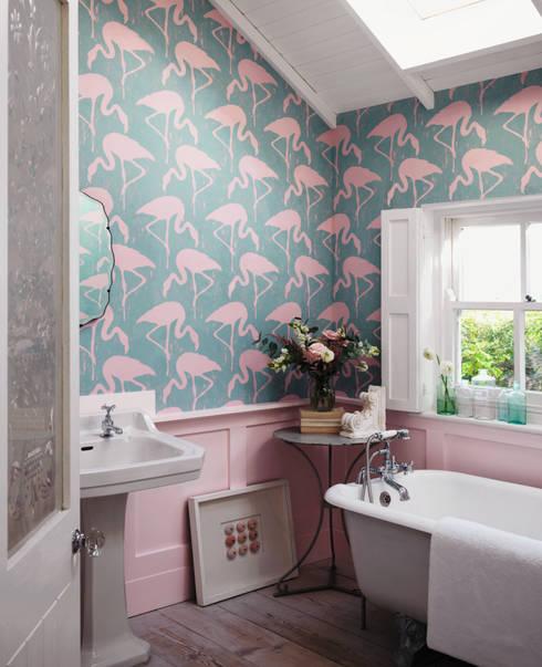 Sanderson Flamingos wp : Bagno in stile  di B&B Distribuzione
