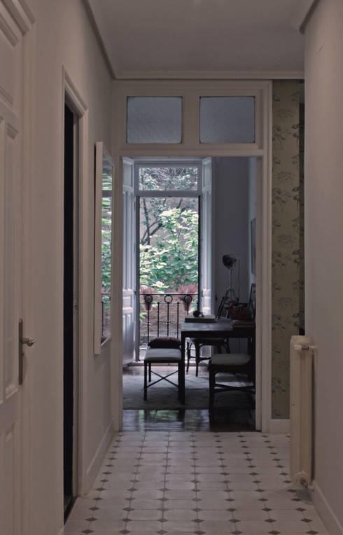 Vivienda 'ARAC': Vestíbulos, pasillos y escaleras de estilo  de CYL estudio