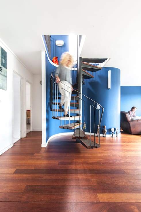 escalier: Couloir et hall d'entrée de style  par goodnova godiniaux