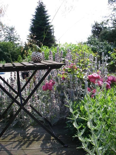 Englischer Garten, Sitzplatz in Rot- Silber Tönen:  Garten von Tina Brodkorb Landschaftsarchitektur