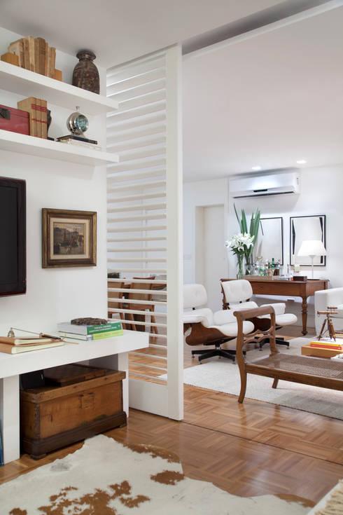 Integração: Sala de Estar e Home Theater: Salas de estar ecléticas por Angela Medrado Arquitetura + Design