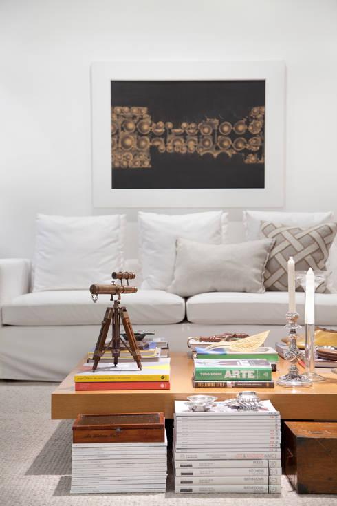 Sala de estar: Salas de estar ecléticas por Angela Medrado Arquitetura + Design