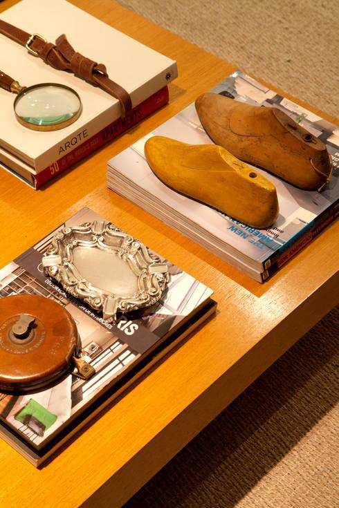 Mesa de centro: Sala de estar  por Angela Medrado Arquitetura + Design