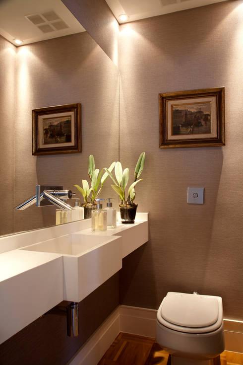 Banheiro Social: Banheiros  por Angela Medrado Arquitetura + Design