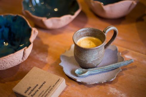 Xícara de café.: Cozinha  por Ateliê de Cerâmica - Flavia Soares