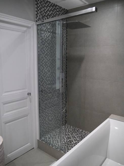 SO MASCULIN: Salle de bains de style  par Agence Laurent Cayron