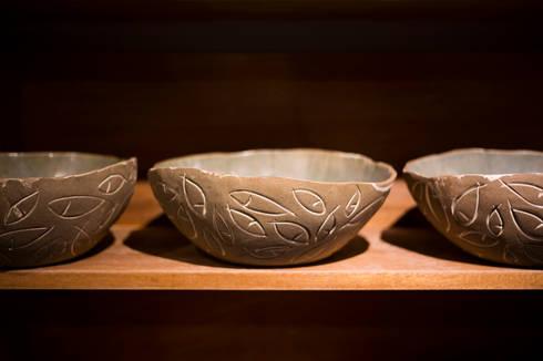 Tigelas de peixes.: Cozinha  por Ateliê de Cerâmica - Flavia Soares