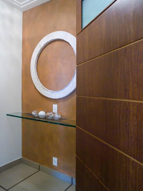 Hall de elevador: Corredor, vestíbulo e escadas  por Flávia Brandão - arquitetura, interiores e obras