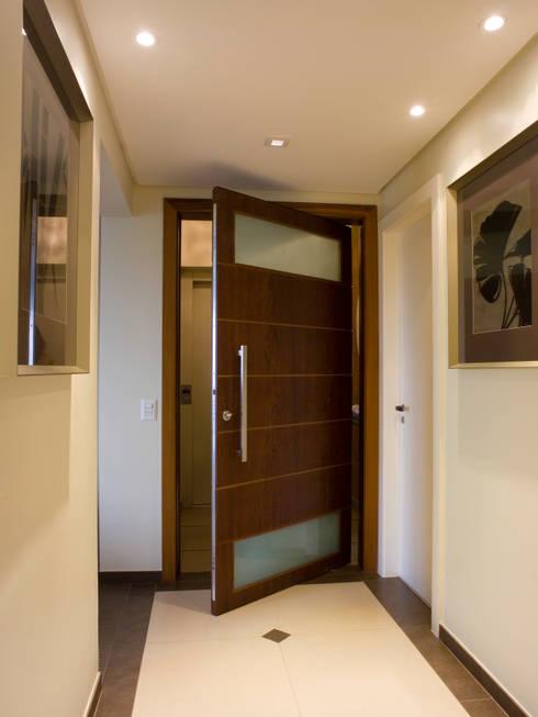 Hall de entrada do apartamento: Corredor, vestíbulo e escadas  por Flávia Brandão - arquitetura, interiores e obras
