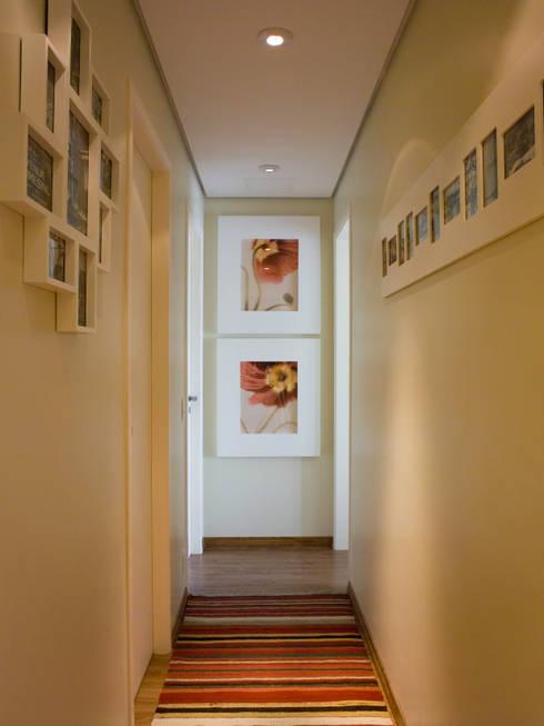 HALL INTIMO: Corredor, vestíbulo e escadas  por Flávia Brandão - arquitetura, interiores e obras