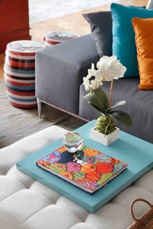 Apartamento no Arpoador: Salas de estar  por Ricardo Melo e Rodrigo Passos Arquitetura