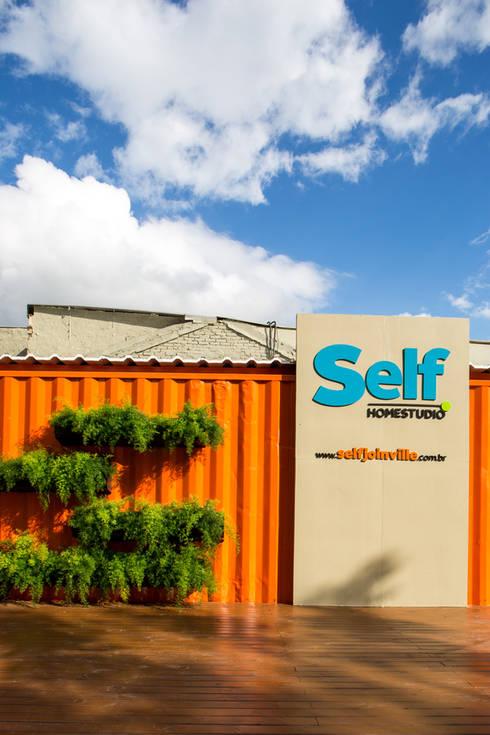 STAND DE VENDAS EM CONTAINER – TWD: Lojas e imóveis comerciais  por ESTUDIO ARK IT