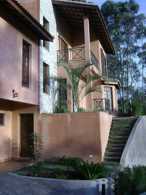 Fachada frontal: Casas rústicas por Flávia Brandão - arquitetura, interiores e obras