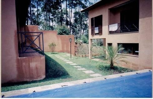 Fachada posterior: Casas rústicas por Flávia Brandão - arquitetura, interiores e obras