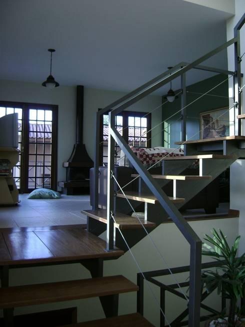 Escada: Corredor, vestíbulo e escadas  por Flávia Brandão - arquitetura, interiores e obras