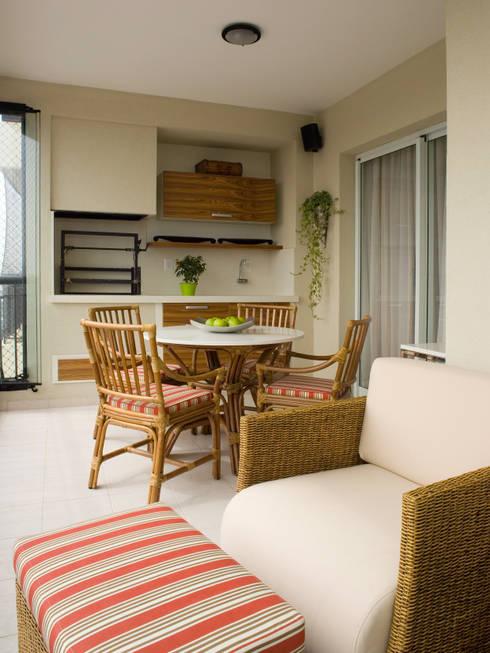 Varanda com churrasqueira: Terraços  por Flávia Brandão - arquitetura, interiores e obras