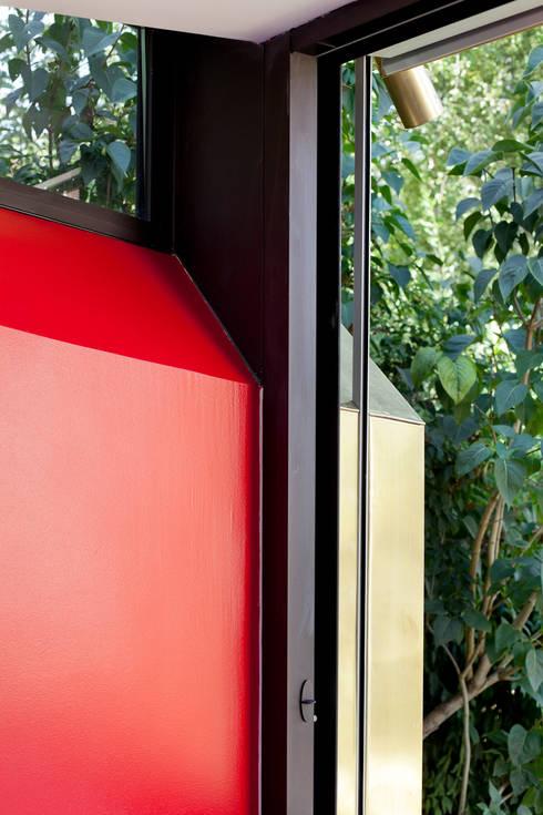 Extension bioclimatique d'une maison individuelle: Fenêtres de style  par Ket-Chup