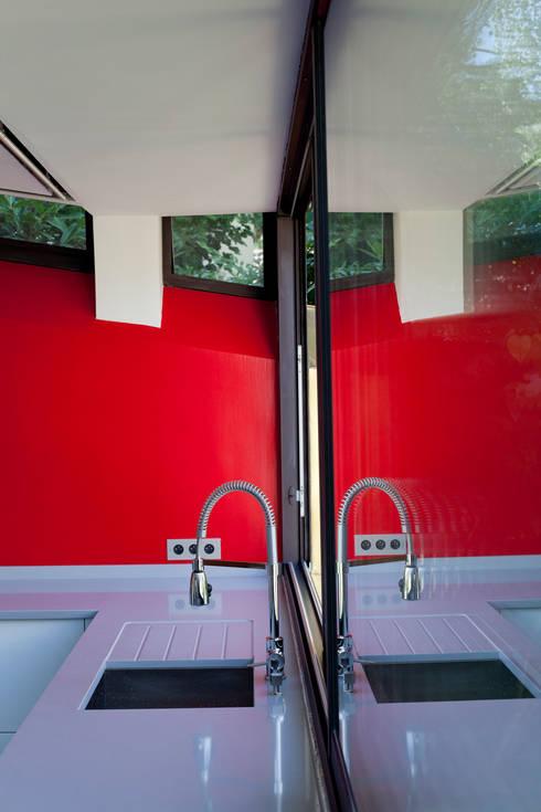 Extension bioclimatique d'une maison individuelle: Cuisine de style de style Minimaliste par Ket-Chup