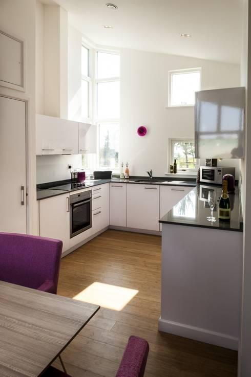 Take Off, Una St Ives:  Kitchen by iroka