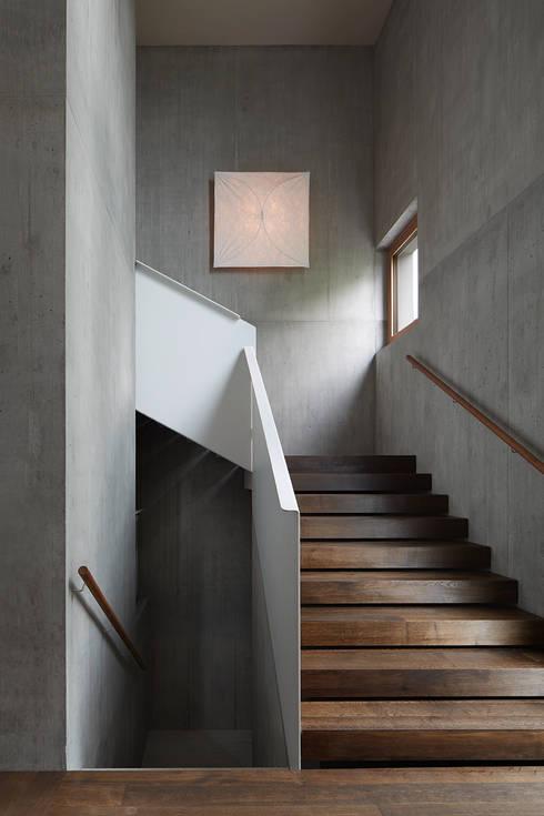 Halle mit Aufgang zum Obergeschoss:  Flur & Diele von feliz