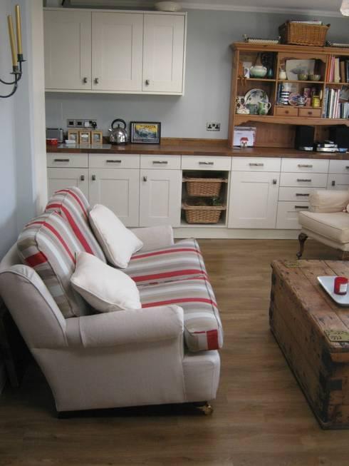 Cool aqua walls and bright stripes:  Kitchen by Pat Staples Interiors