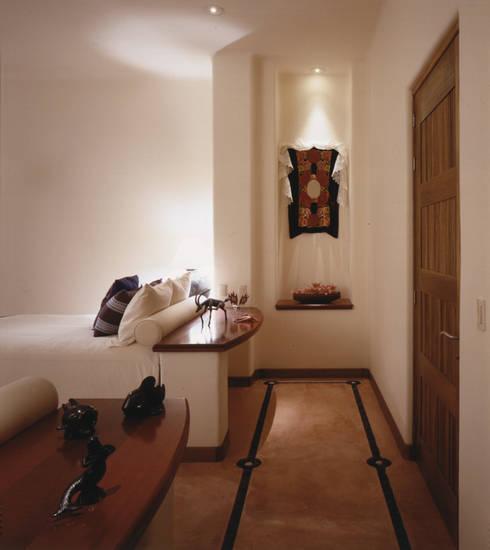 Casa Cuixa: Recámaras de estilo topical por BR  ARQUITECTOS