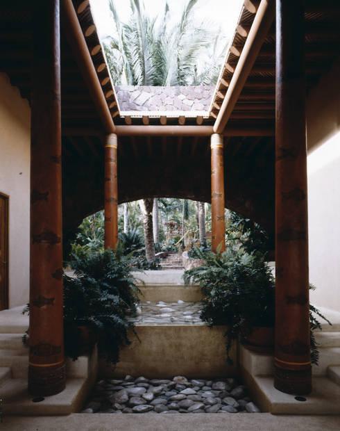 Casa Cuixa: Pasillos y recibidores de estilo  por BR  ARQUITECTOS