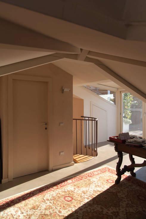 Attico all'Aventino: Studio in stile in stile Classico di Blocco 8 Architettura
