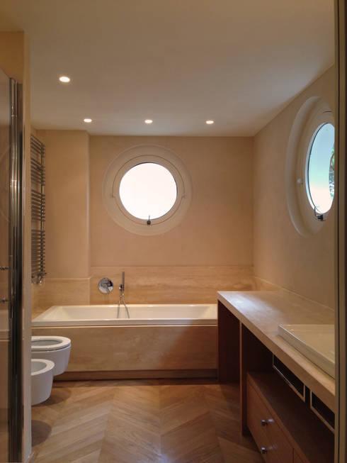 Attico all'Aventino: Bagno in stile in stile classico di Blocco 8 Architettura