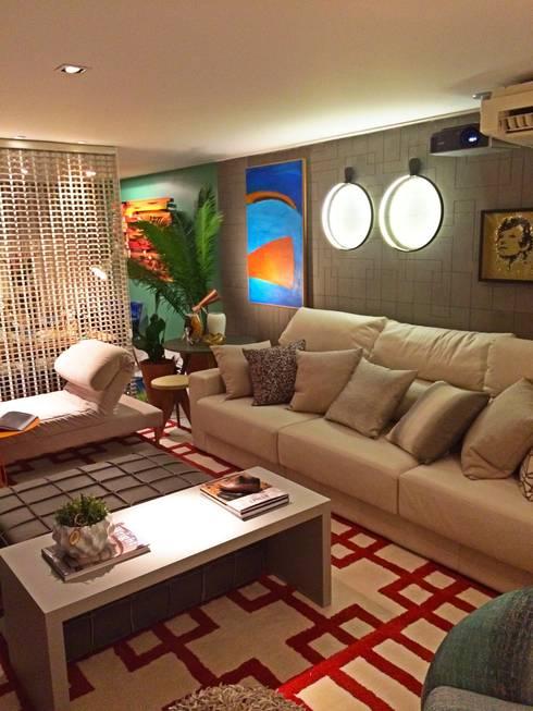 HOME+OFFICE+HOME : Salas de estar ecléticas por Fabio Pantaleão Arquitetura+Interiores
