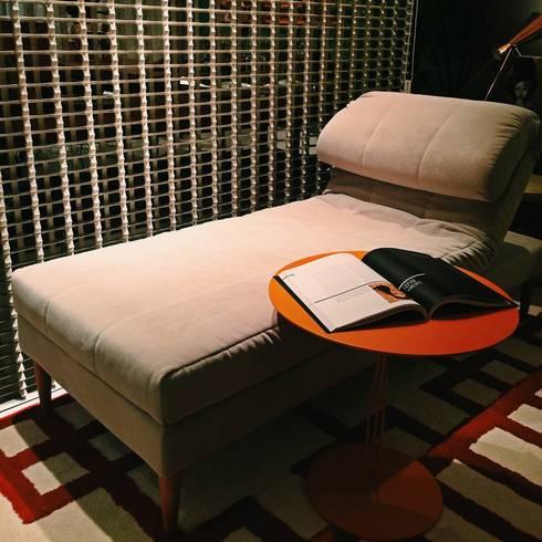 HOME+OFFICE+HOME : Sala de estar  por Fabio Pantaleão Arquitetura+Interiores