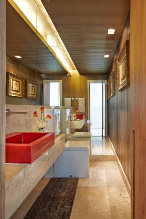 APARTAMENTO  SANTO AGOSTINHO: Banheiros modernos por Cícera Gontijo